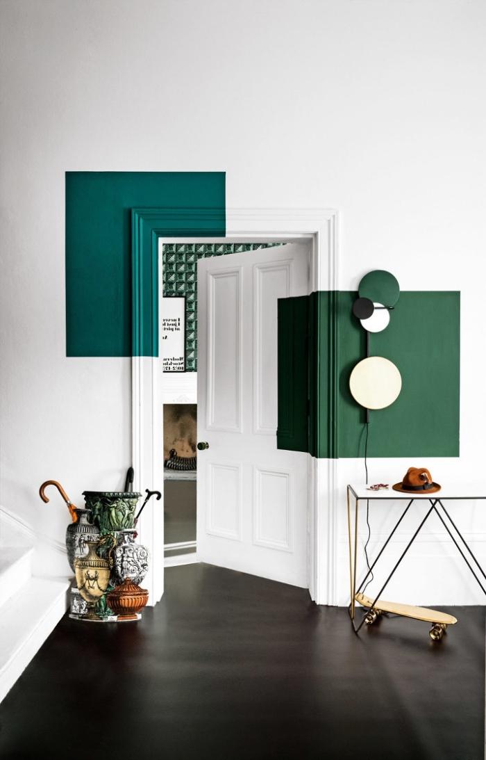 peinture porte originale, carrés de peinture verte sur une partie du mur et de l'encadrement de la porte