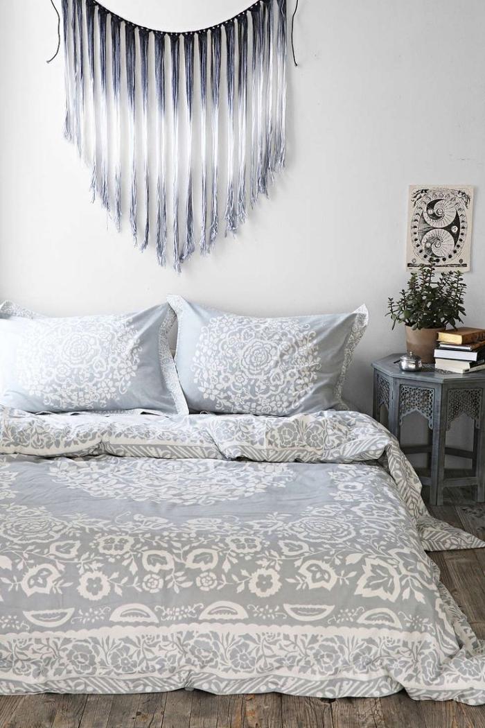 modèle de diy macramé à design ombré en gris et blanc, déco de chambre bohème avec lit au sol et linge de lit en blanc et gris clair à design mandala