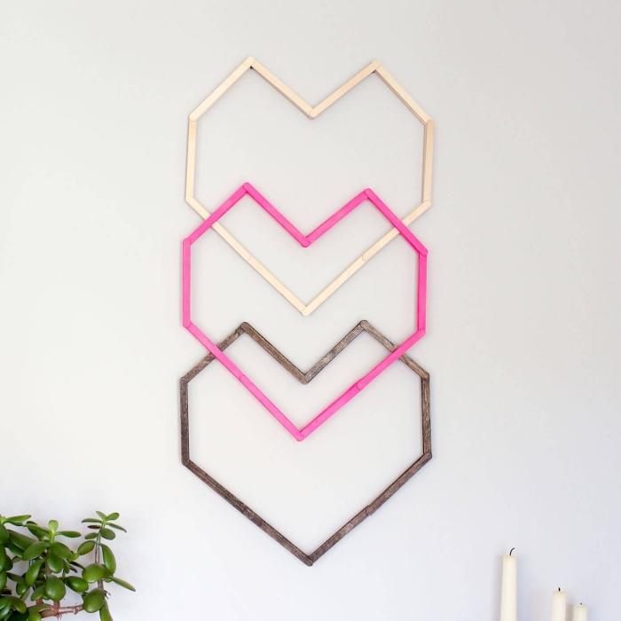 design intérieur chambre ado fille aux murs blancs avec une décoration murale DIY à design coeurs de bois colorés