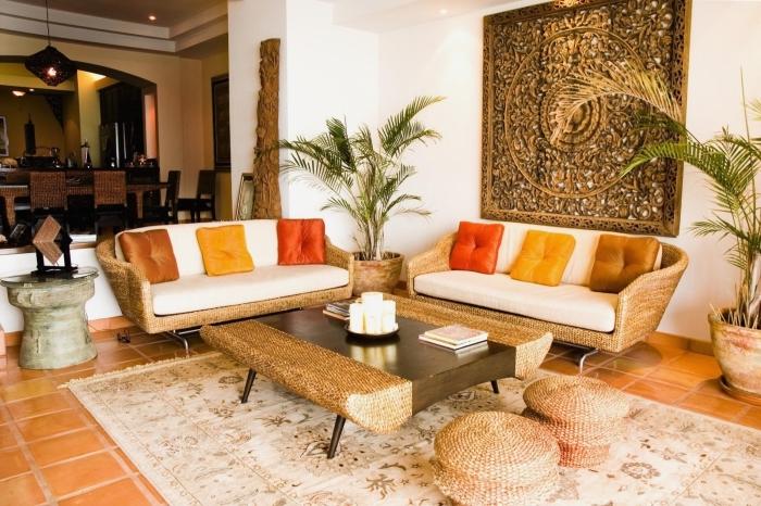 ambiance exotique dans un salon blanc avec déco murale à design ethnique, modèle de mobilier en rotin pour déco exotique