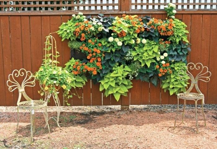 idée originale pour une décoration murale d'extérieur avec un mur végétal en tissu feutré avec des poches pour plantes