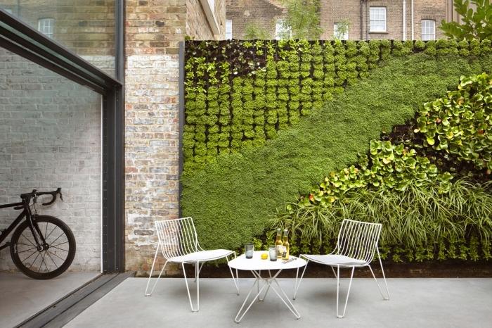 un mur vegetal exterieur qui crée un joli contraste avec l'ambiance industrielle du patio