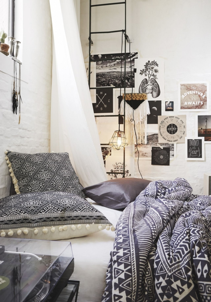 exemple de pièce décorée en style bohème, décoration murale avec mur de photos et coupure de magasines avec échelle pour rangement accessoires