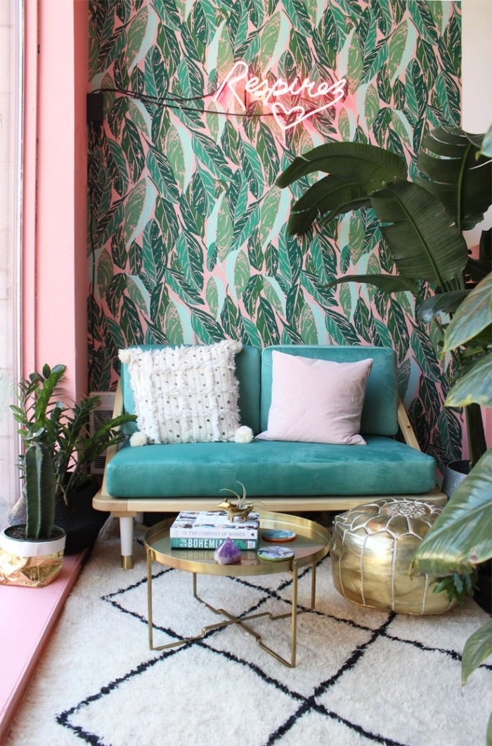 petit recoin d'esprit bohème chic en vert et rose délimité par un lé papier peint design contemporain à motif feuillage