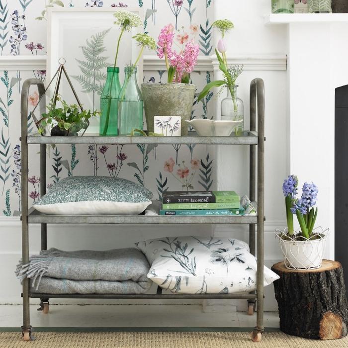 des tissus fleuris et des motifs végétaux pour aménager un coin champêtre dans le salon shabby chic