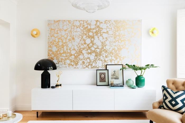 tapisserie moderne façon tableau d'oeuvre d'art réalisé à partir d'un lé papier peint encadré blanc et or