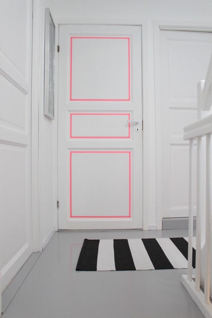 idée déco pour dynamiser une entrée monochrome blanc, moulure porte mise en valeur par une bande de masking tape rose