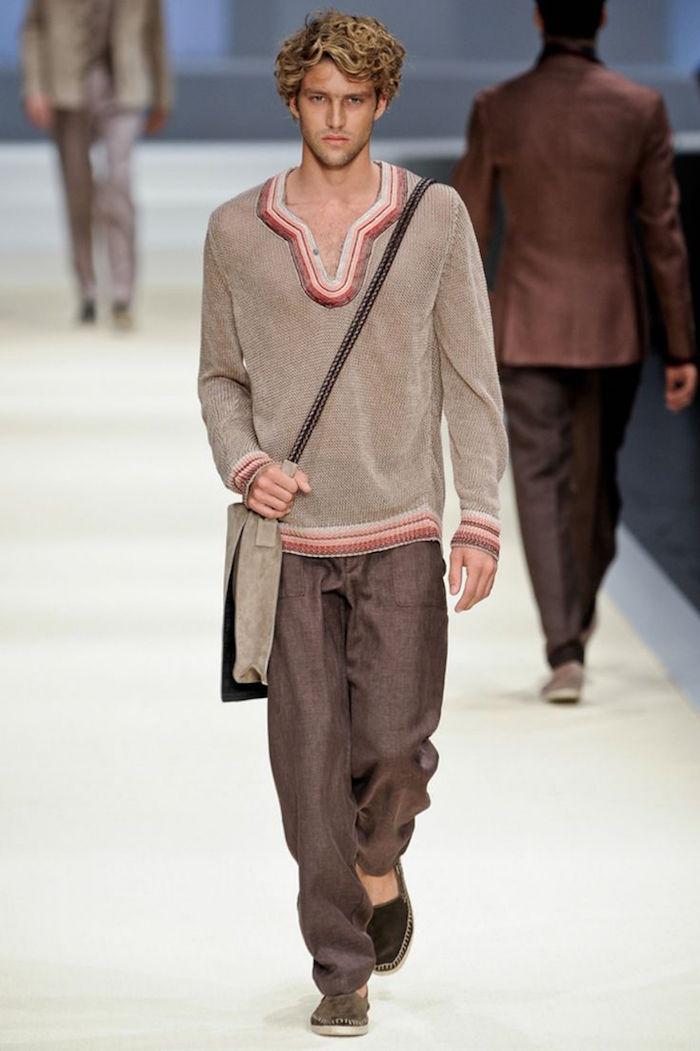 exemple tenue boheme pour homme style decontracté hippie chic avec pull et pantalon beige marron