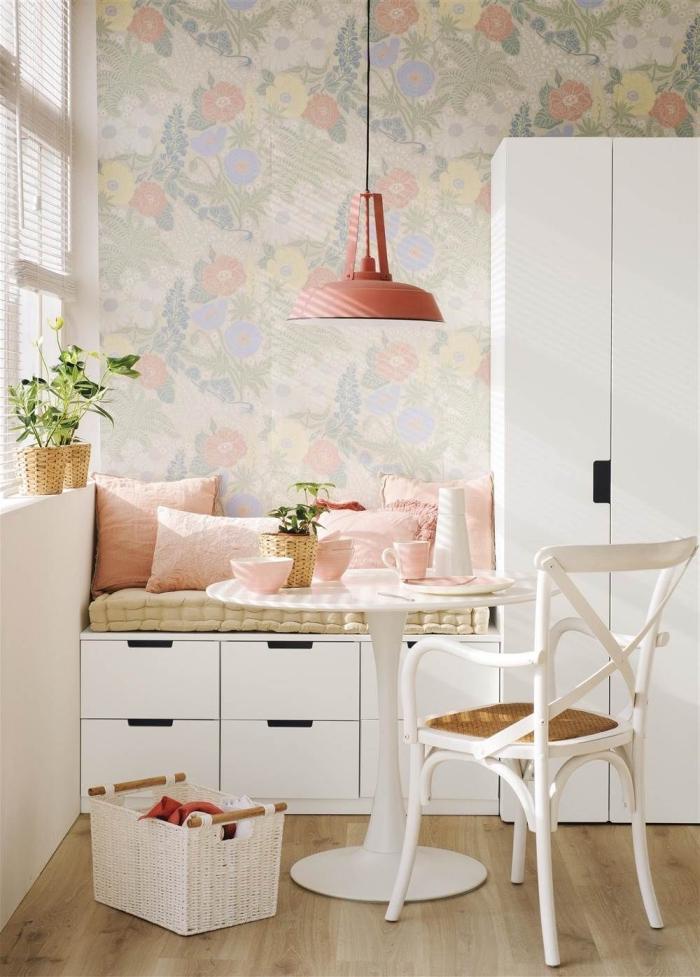 poser du papier peint en lé unique dans une cuisine pour délimiter un coin repas, aménagement d'un coin repas d'esprit vintage scandinave en blanc et rose pêche