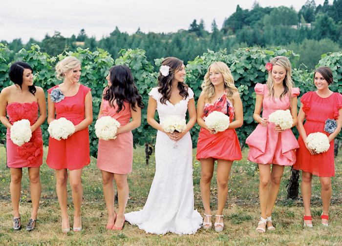 La mariée et les demoiselles d'honneur idée robe pour mariage comment s habiller bien rouges et oranges robes courtes champetre robe pour invité de mariage