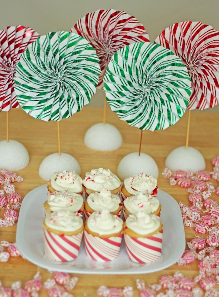 decoration cupcake avec des éventails en papier à rayures vert, blanc et rouge et cupcakes blanc et rouge