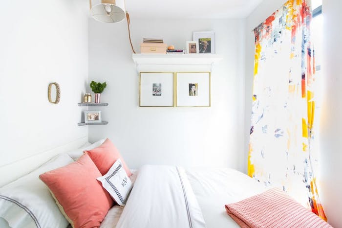 Déco petite chambre adulte, amenagement petite chambre adulte style chic, la chambre entière est un lit et quelques étagères