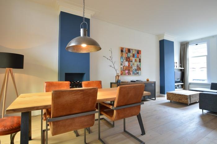 salon avec salle à manger où les deux colonnes ont été peintes en bleu permet de structurer l'espace de la pièce à vivre, quelle couleur mur salon avec salle à manger