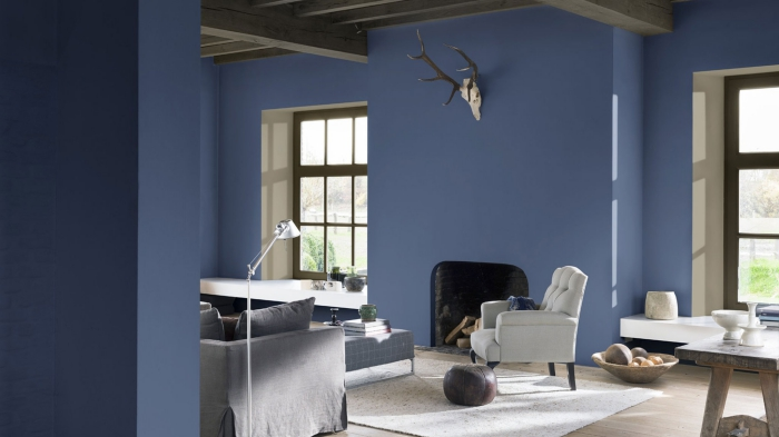 deco salon bleu indigo aux poutres apparentes
