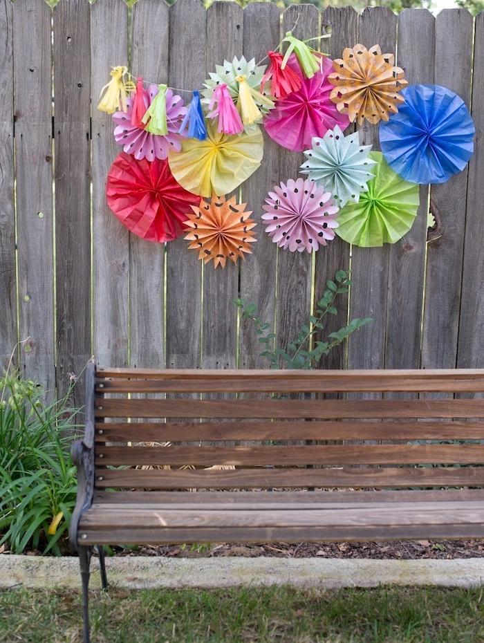 deco mur exterieur avec éventails, fleurs et pompons à franges en papier simple et papier de soie coloré