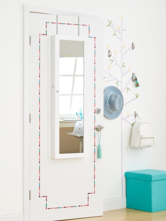 jolie porte de chambre à coucher avec miroir embellie avec du washi tape, réaliser des fausses moulure à l'aide de bandes de washi tape