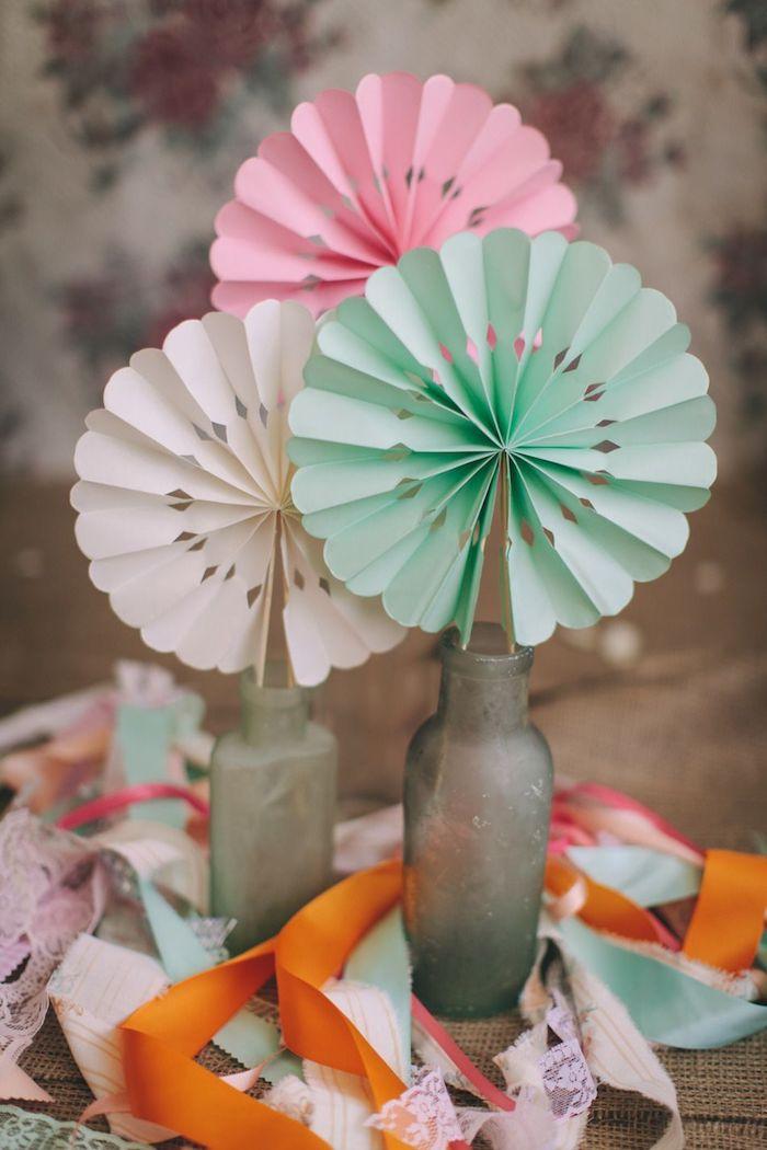 exemple de deco mariage a faire soi meme eventail papier dans un vase en bouteille vintage, centre de table mariage original