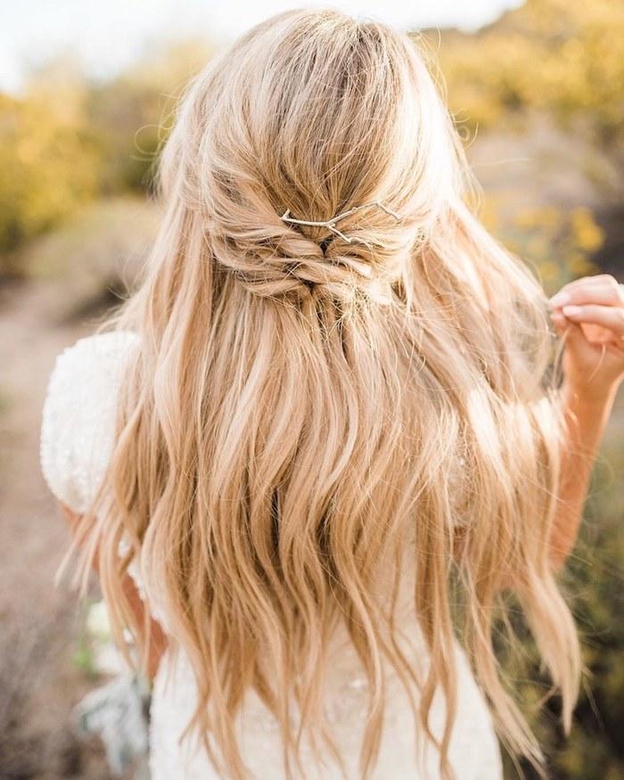 demie tresse sur cheveux longs ondulés couleur blonde, idée de coiffure simple de mariée
