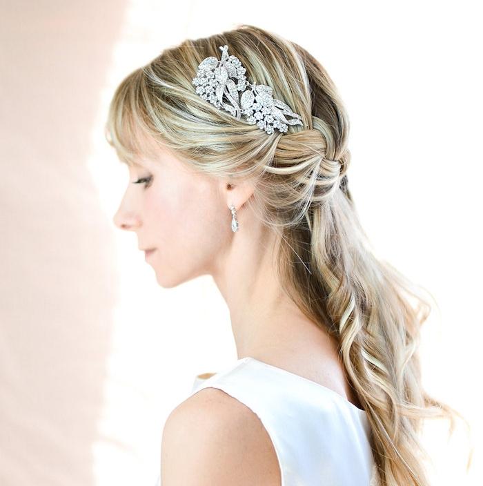 idée de demie tresse de côté, mèches de devant ramenés en arrière, cheveux ondulés, bijou cheveux or pierres precieuses