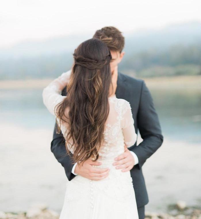 exemple de couronne tresse avec les mèches de côté sur cheveux chatain longs ondulés, robe de mariée manche longue