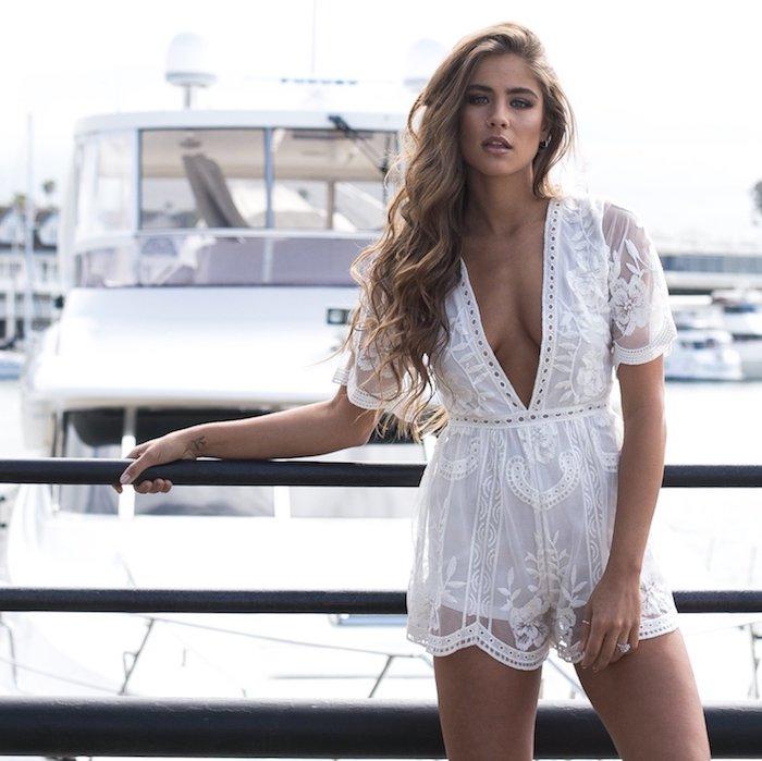 Combinaison mariage, combishort blanche fleurie, cool idée tenue boheme chic femme, combishort dentelle blanche, tenue de yacht