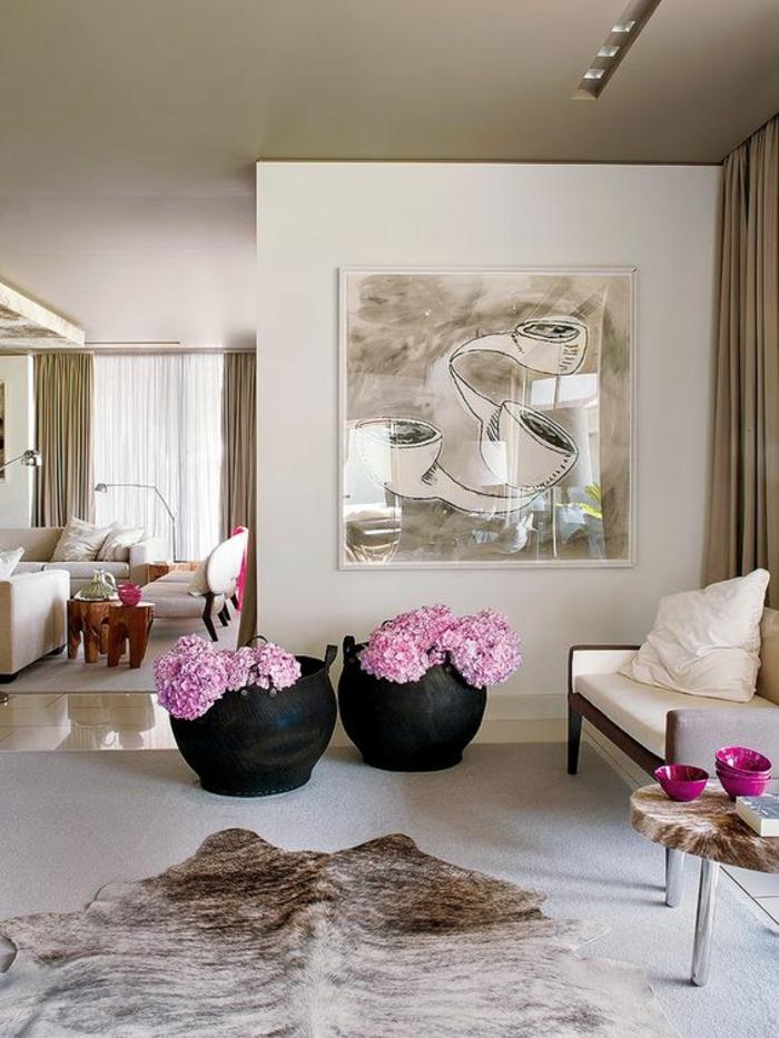 quelle couleur associer au gris, rose poudree, salon avec tapis en forme de peau d'animal, deux grands cache-pots en céramique noire en style méditerranéen
