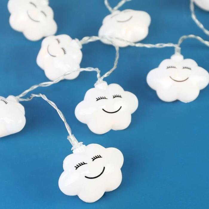 déco pour la chambre de bébé ou la chambre enfant, guirlande ampoule en forme de nuages blancs souriants, fil blanc aux effets de tressé