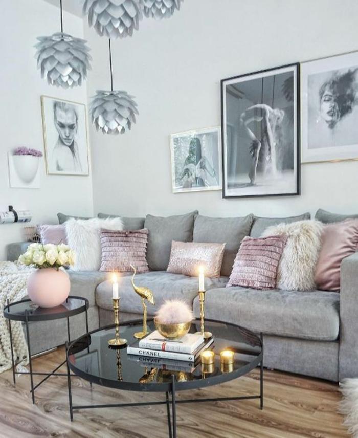déco salon en gris et rose poudré, chambre rose poudré et taupe, luminaires en gris métallisé, table basse ronde grand diamètre, luminaires en forme de pommes de pin d'argent, canapé en gris perle, parquet en nuances beiges et marron, cinq tableaux et photos au mur