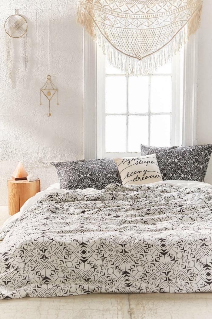 exemple de decoration boheme dans une pièce blanche avec lit au sol couvert de housse blanc et noir, diy macramé comme cantonnière fenêtre