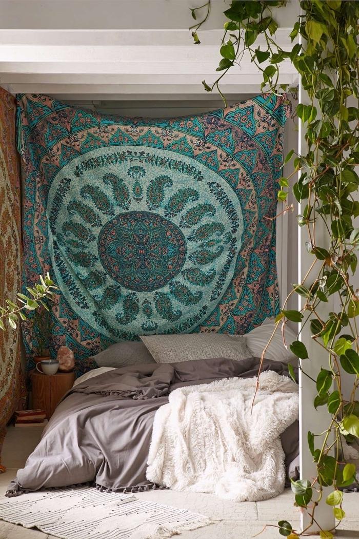 aménagement de chambre de style hippie chic ou bohème avec déco murale en tapisserie aux motifs ethniques et lit au sol