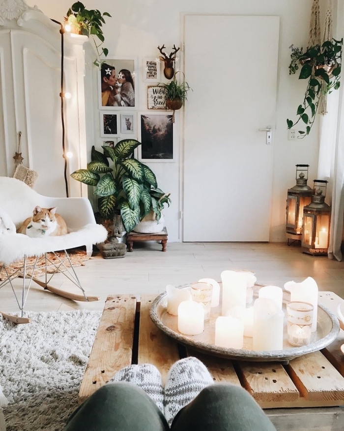 exemple d'ambiance romantique et moderne dans une chambre ado aux murs blancs aménagée avec table basse en bois et chaise à basculer