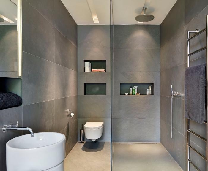 exemple de salle de bain italienne petite surface aux murs en carrelage gris avec plafond blanc et cuvette et lavabo en blanc