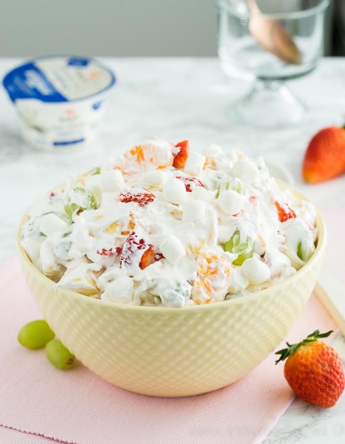 recette salade de fruits décadente ambroisie, de fraises, raisin blanc, clémentines confites et ananas