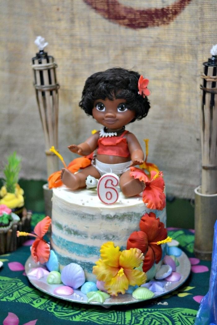 modèle de gâteau fait maison avec décoration en crème au beurre et petites fleurs et coquilles en pâte sucré
