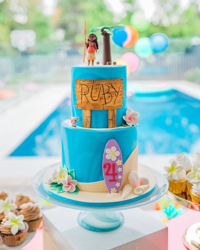 decoration anniversaire fille avec un gâteau à deux étages décorés sur le thème Disney avec figurines Vaiana