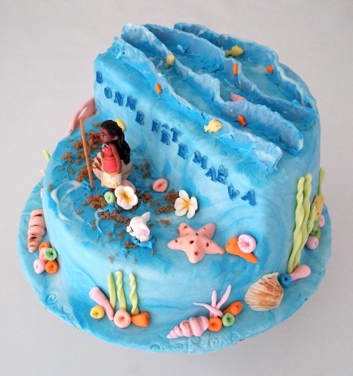 déco de gâteau maison sur thème Disney avec figurine vaiana gateau enfant, modèle de gâteau design océan