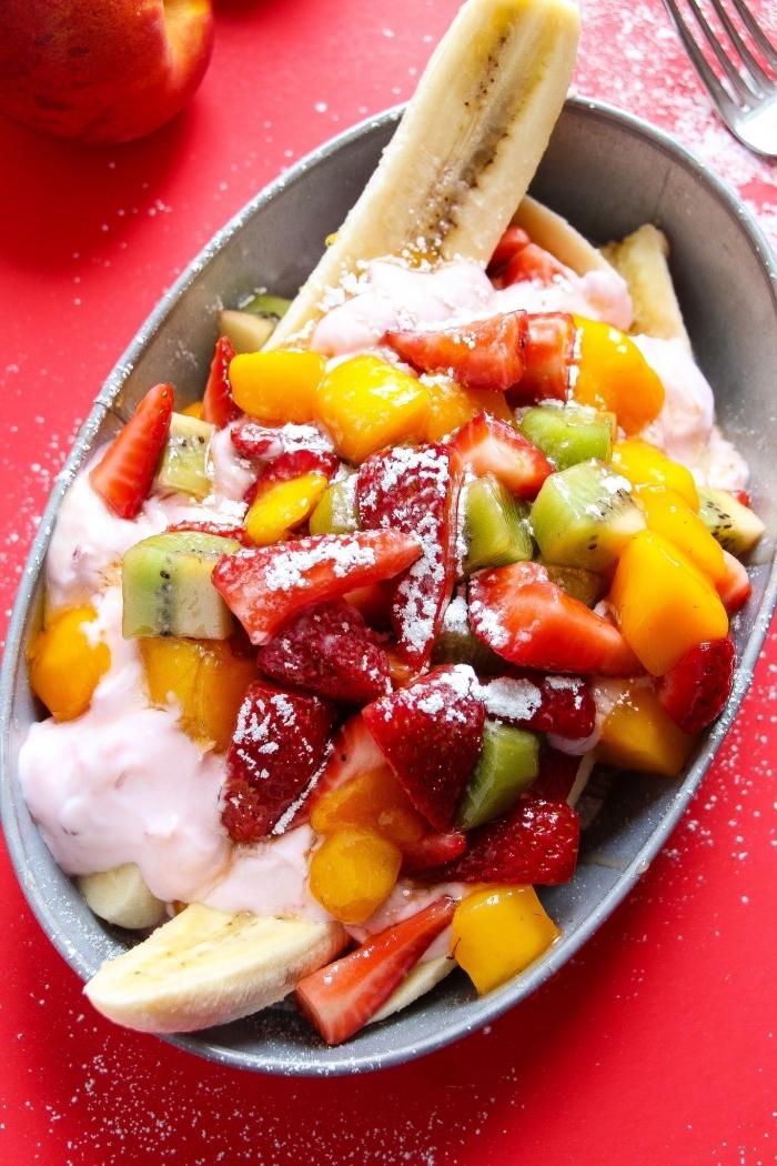 idée originale pour un dessert à la banane rafraîchissante, recette de banana split à la salade de fruits maison et au yaourt