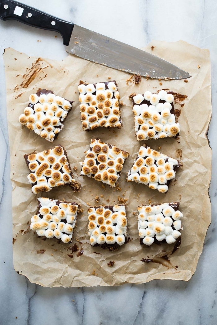 idée de dessert simple et rapide à base de guimauve, des barres chocolatées à la guimauve grillée
