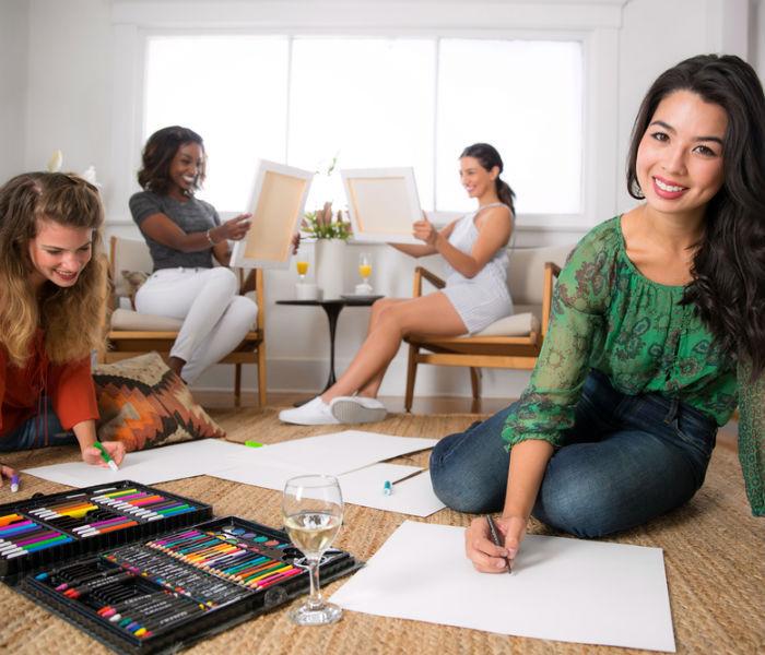 Evjf original chez soi idée enterrement de vie de jeune fille activite evjf à choisir peindre des peintures dessiner ensemble