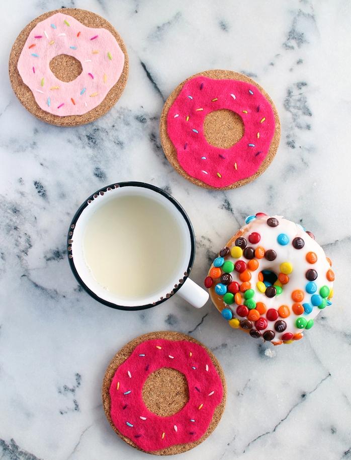 dessous de verre donut en rondelles de liège customisé de feutrine avec des fils colorés en guise de vermicelles, idée cadeau copine original