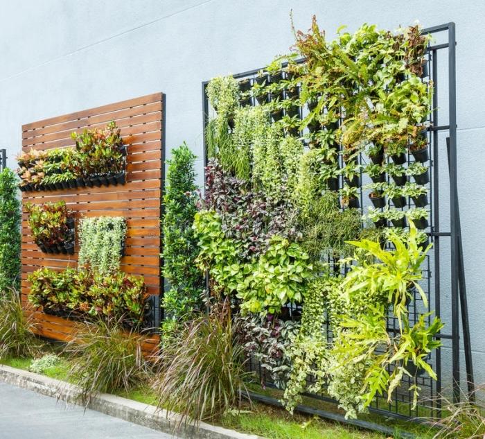 quel type de support pour mon mur vegetal artificiel ou naturel, des murs végétaux avec des pots fixés sur un support de grille métallique ou de planches de bois