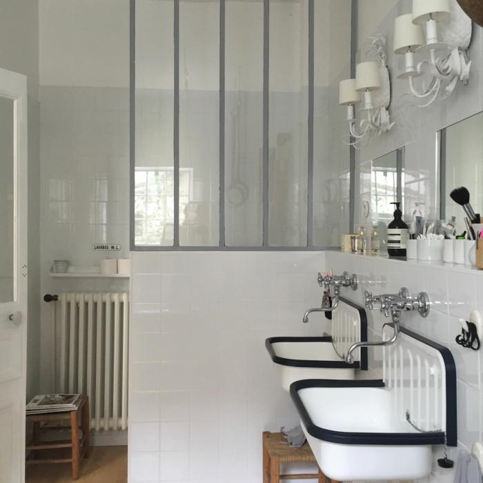 verriere douche, separation verriere, salle de bain avec verrière en carrelage blanc et métal en gris perle, deux lavabos en métal blanc et noir en style rétro et luminaires avec des abat-jours blancs appliques