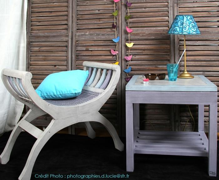 moderniser meuble ancien, tabouret et table basse carrée en bois peint en blanc avec effet vieilli, petit luminaire de chevet au pied couleur dorée et abat-jour en bleu turquoise et blanc, meubles de jardin et de terrasse