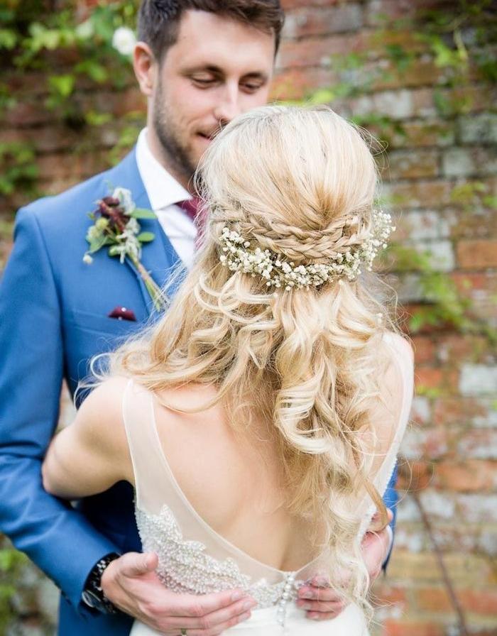 tresses sur les cheveux de côté de la tête sur cheveux longs ondulés et couronne de fleurs blanches