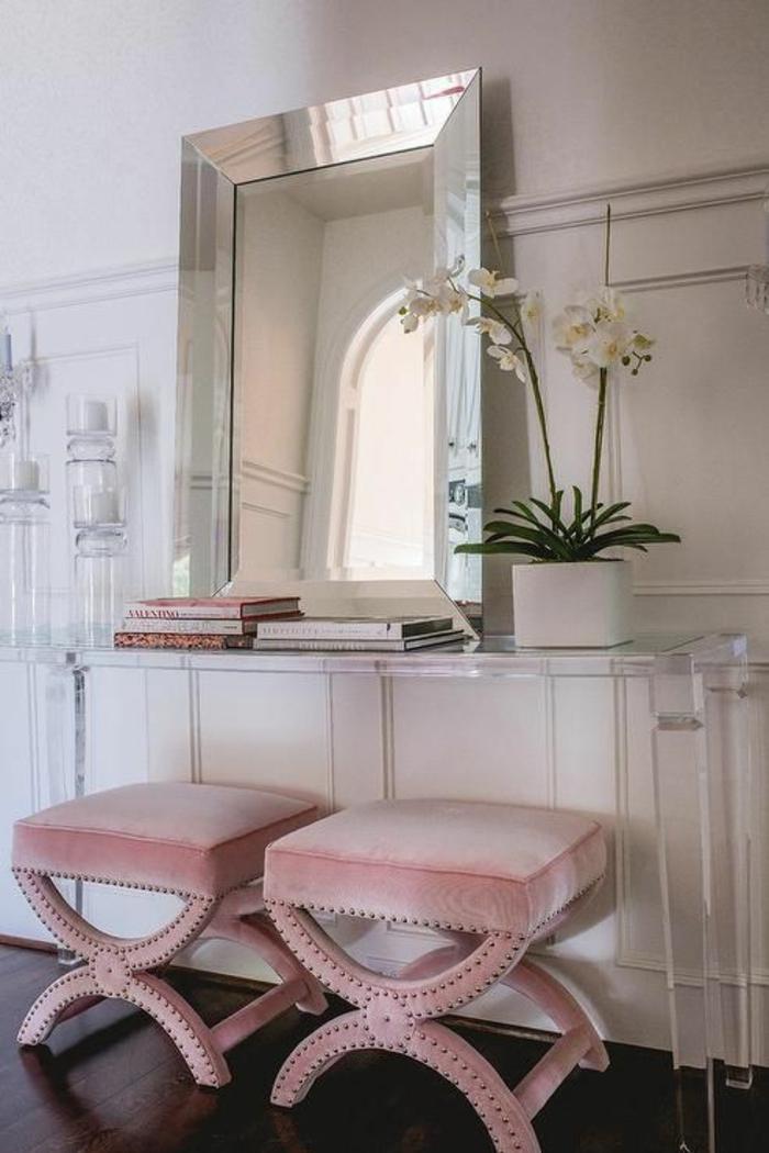 tabourets en couleur rose pale, rose poudree, chambre rose et gris, grand miroir carré au cadre argenté brillant, murs blancs, meuble de toilette en plexiglas transparent blanc