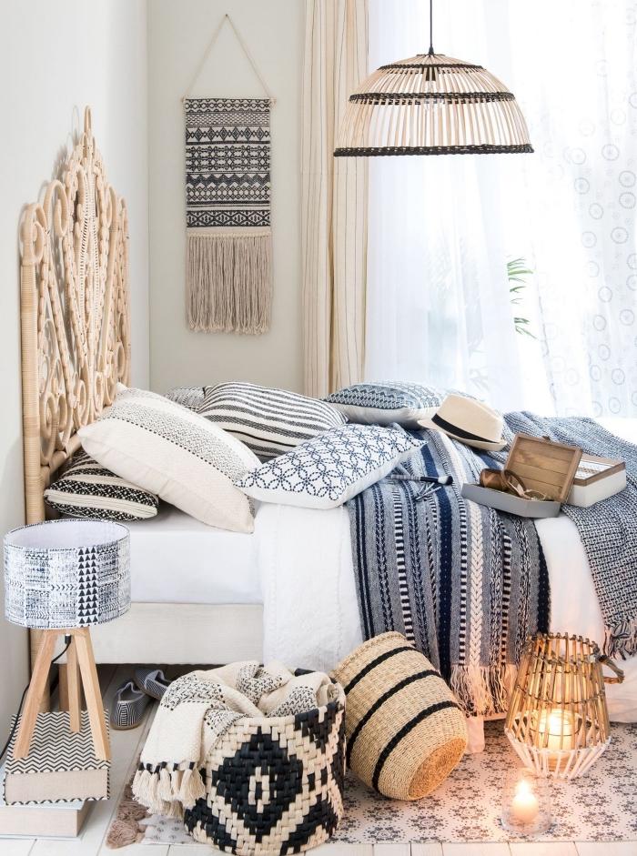 modèle de chambre boheme chic aux murs blancs avec plancher en bois blanc et accessoires décoratifs tête de lit et lampe en bois clair