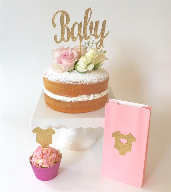 Thème néutral gateau bebe a venir decoration simple avec fleurs cool idee relever le sexe du bebe avec des bonbons roses ou bleus dans le milieu de gateau