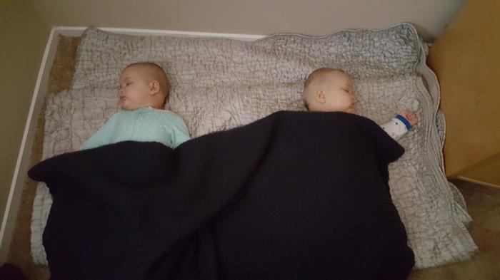 chambre montessori avec un lit pour des jumeaux, lit bébé sans barreau, cabane lit, meuble montessori, deux bébés qui dorment