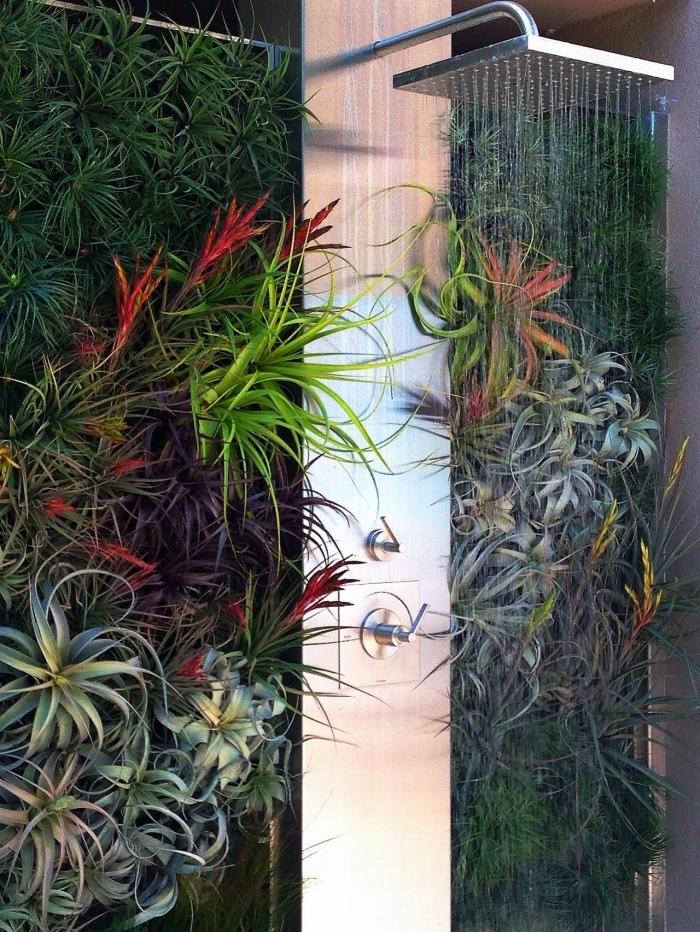 une douche extérieur avec mur végétalisé composé de plantes sans racines variées qui constitue un véritable coin de fraîcheur dans le jardin