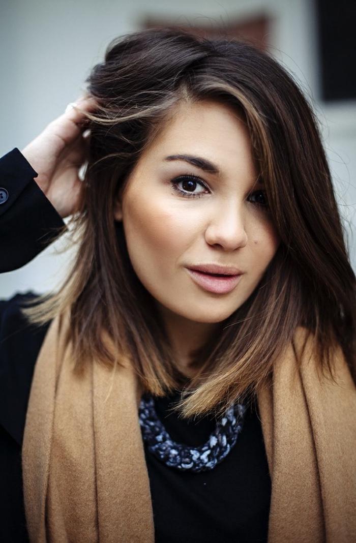 idée balayage sur cheveux brun avec pointes éclaircies, tenue chic femme avec manteau noir et écharpe camel